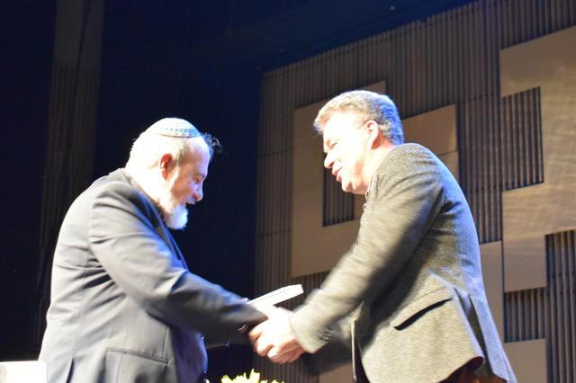 Maarten Van Steenbergen (Lannoo) overhandigt het eerste boek © Inge Cordemans