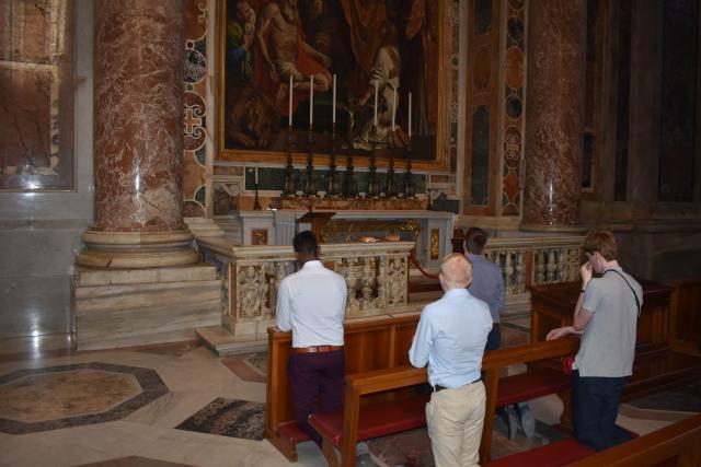 Bij het graf van de heilige Johannes XXIII  © Johannes 23 seminarie