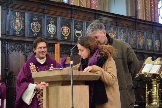 de doopleerlingen ondertekenen het register van de catechumenen © Inge Cordemans