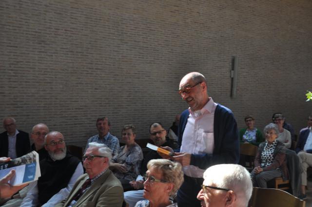 Vertaler Lieven Vanderbrugghen ontvangt het eerste exemplaar van directeur Toon Osaer © Tom Heylen