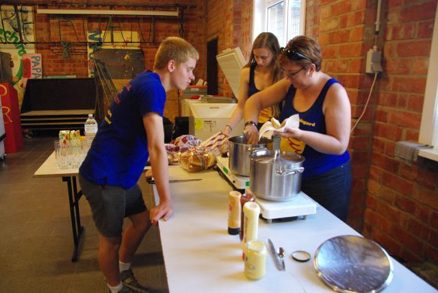 Genieten van een heerlijke hotdog op de terugkomdag © Misdienaarswerking Moerzeke-Hamme, Katrien De Cock