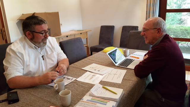 Vicaris Wim Selderslaghs en Robert Vanderostijne van Ecokerk Bisdom Antwerpen actualiseren het klimaatplan van het vicariaatshuis © RB