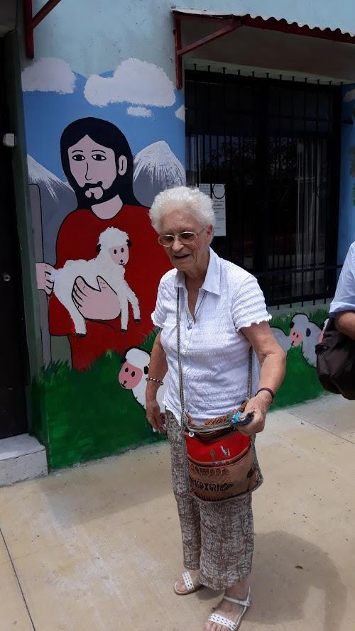 Anita Goossens voor haar huisje in La Vuelga  © Mgr. Johan Bonny
