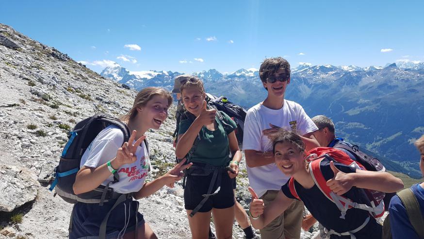Jongerengroep op bergtocht.