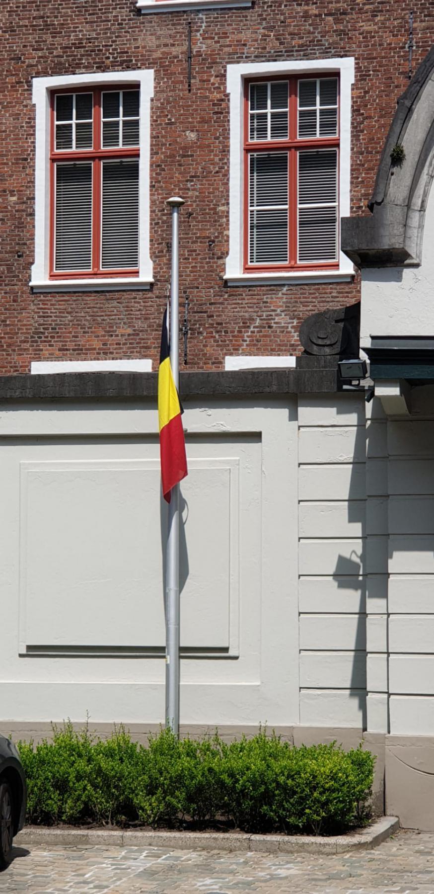 De vlag van het bisschopshuis hangt halfstok om de slachtoffers van de overstromingsramp te herdenken. © Jo Maes