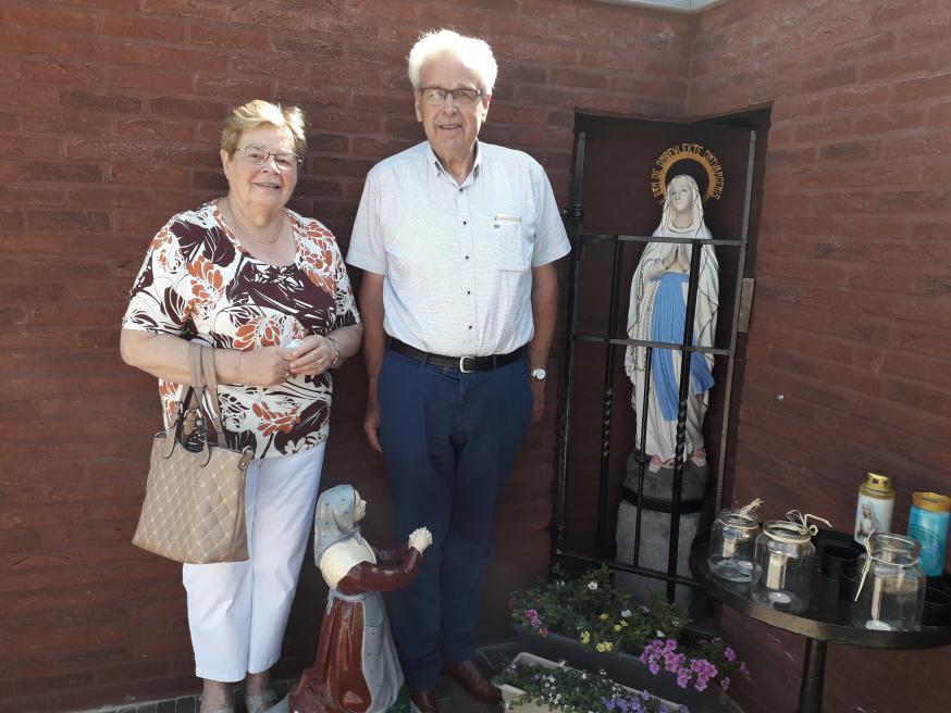 Maria Floren en Cyriel Van Looveren restaureerden de beelden van Maria en Bernadette voor de verhuis uit de Lourdesgrot. © Elke Lamens