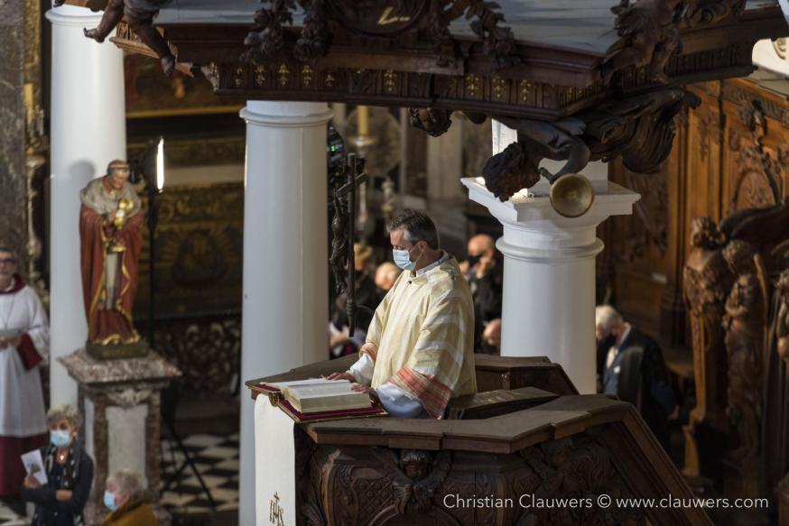De diaken leest het Evangelie (het verhaal van Zacheus) vanop de preekstoel © Christian Clauwers