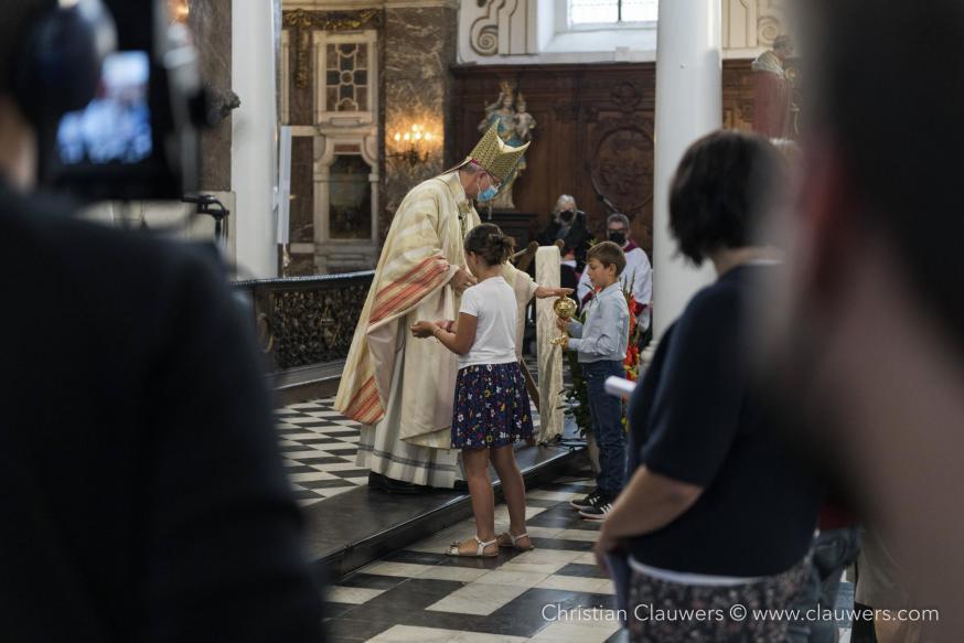 De bisschop zegent de gaven die door kinderen en jongeren werden aangebracht © Christian Clauwers