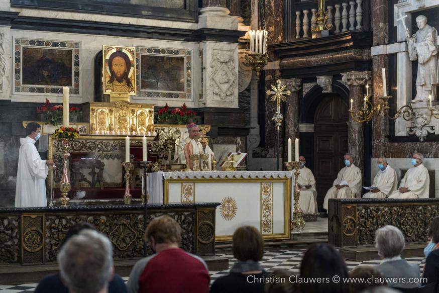 De bisschop draagt de gaven op aan het altaar © Christian Clauwers
