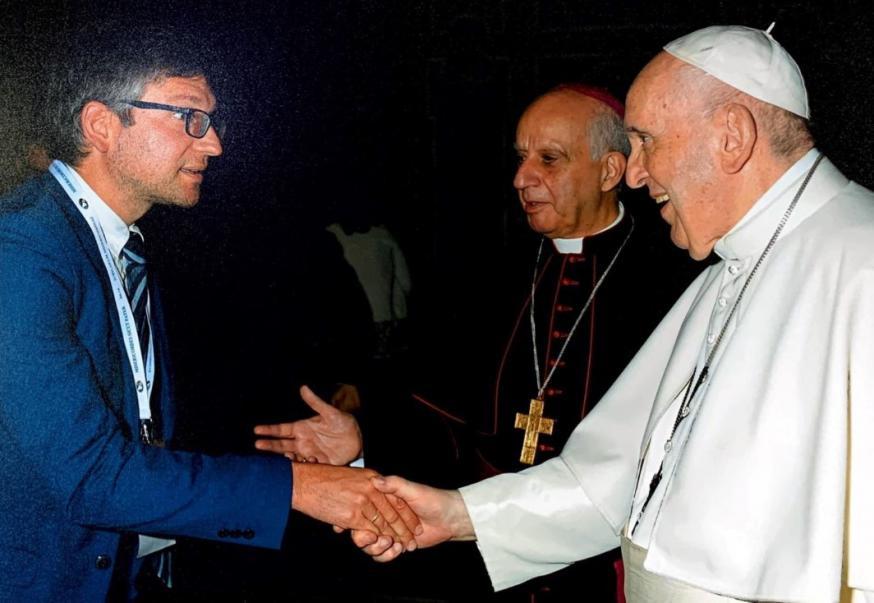 Bart Willemen, de nieuwe secretaris van de Interdiocesane Commissie voor Catechese, en paus Franciscus © VaticanMedia