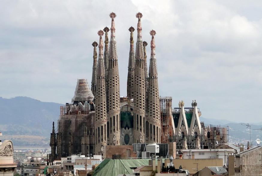Sagrada Família © Bernard Gagnon, CC BY-SA 3.0 <https://creativecommons.org/licenses/by-sa/3.0>, via Wikimedia Commons