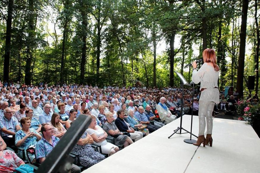Lisa del Bo zingt aan de Lourdesgrot in Houthulst (26 augustus 2017).