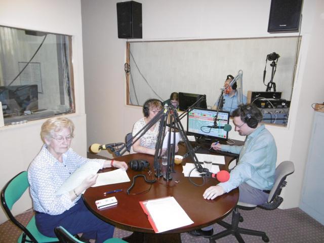 Lina Van Obergen (links) en de vaste medewerkers van Radio Spes