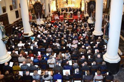 De Sint-Corneliuskerk zit vol. © Urbain Van Kemzeke