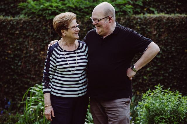 Priester Johan Loones en zijn moeder Lena Van Biervliet © Wouter Maeckelberghe