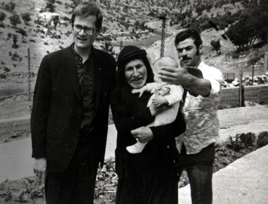 Nicolaas Kluiters met een herdersfamilie in Libanon © Rechten voorbehouden