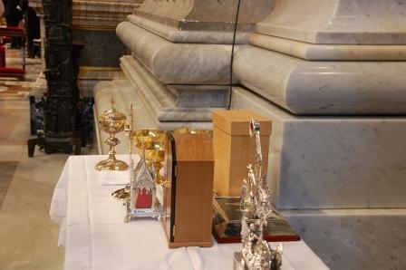 Zegening van de relikwieën tijdens de zaligverklaring van pater damiaan © Philippe Keulemans