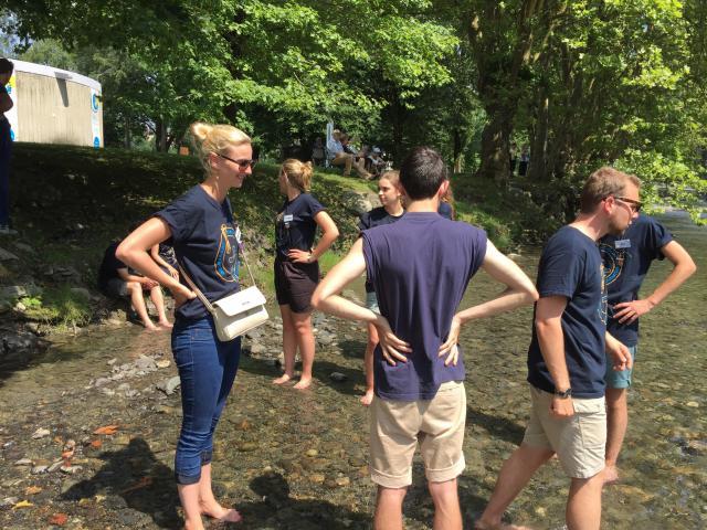 Tijdens zo een warme dag, koelen we een beetje af met onze voeten in het stromend water. Lourdesbedevaart