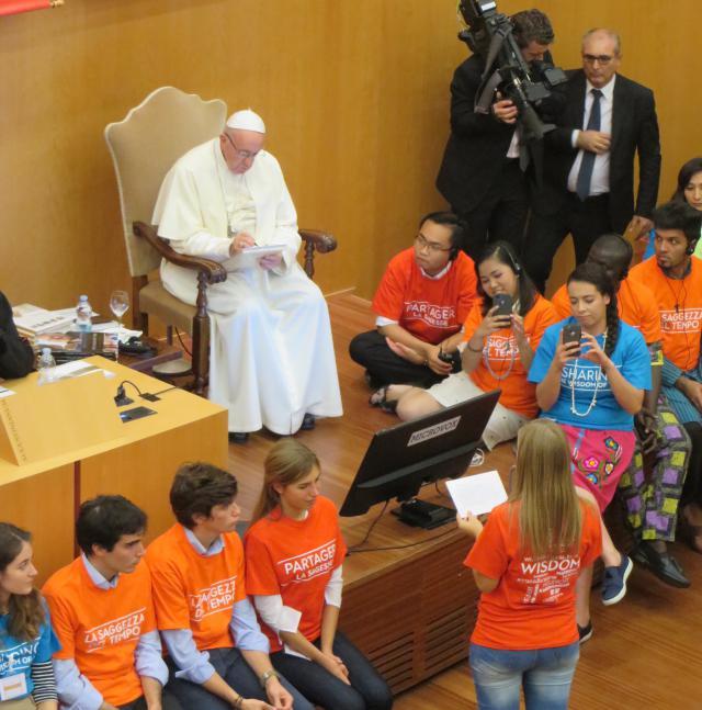 Paus in gesprek met jongeren. © evl