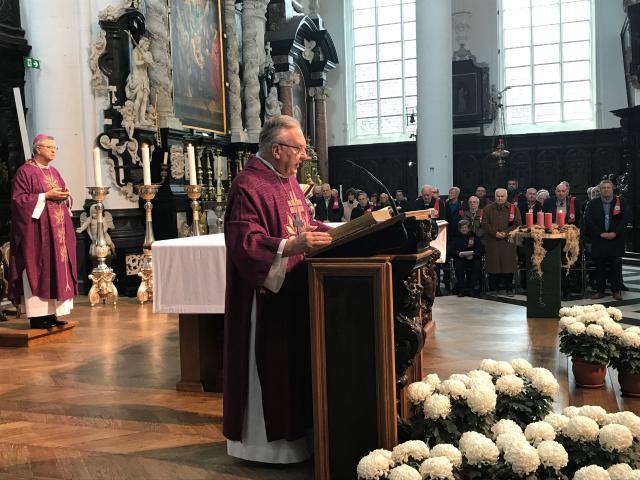 Diaken-pastor Luc Dekelver van de Antwerpse Broederschap Sint-Elooi leest het evangelie voor © Benoit Lannoo