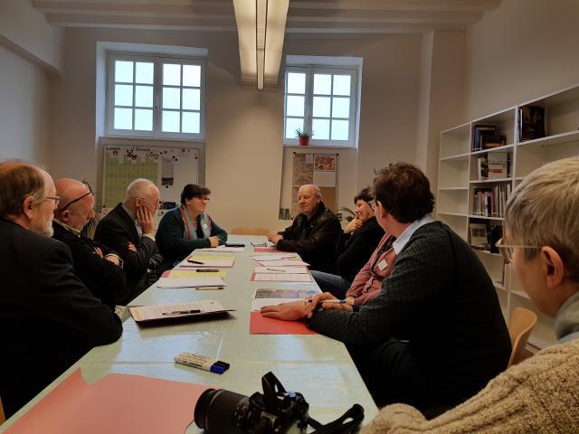 De gespreksgroep rond het thema 'Ontsluiting van aanwezig erfgoed en kunst in kerk of kapel © GL