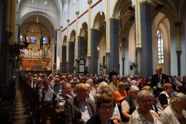 Eucharistieviering in een bomvolle Sint-Servaasbasiliek. © Ria Thaens