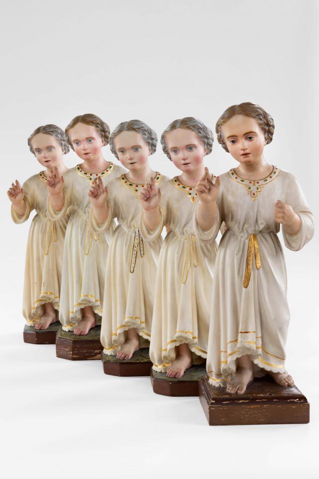 Jezuskindjes, ca. 1900 – gips, 55 × 21 × 22 cm – Heverlee, PARCUM, collectie gasthuiszusters-augustinessen Antwerpen  © © Bea Borgers en Mirjam Devriendt / Parcum