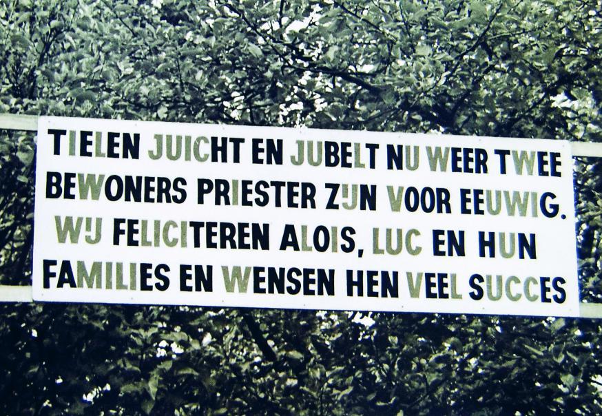 Op 4 oktober 1970 is het ouderlijk huis versierd omdat salesaain Luc Van Looy en jezuïet Alois Vissers, beiden uit Tielen, tot priester zijn gewijd,   © privé-archief Luc Van Looy