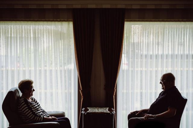 Priester Johan Loones en zijn moeder Lena Van Biervliet. © Wouter Maeckelberghe