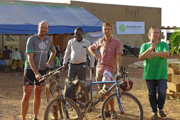 Geert Versteele met de fiets in Burkina Faso