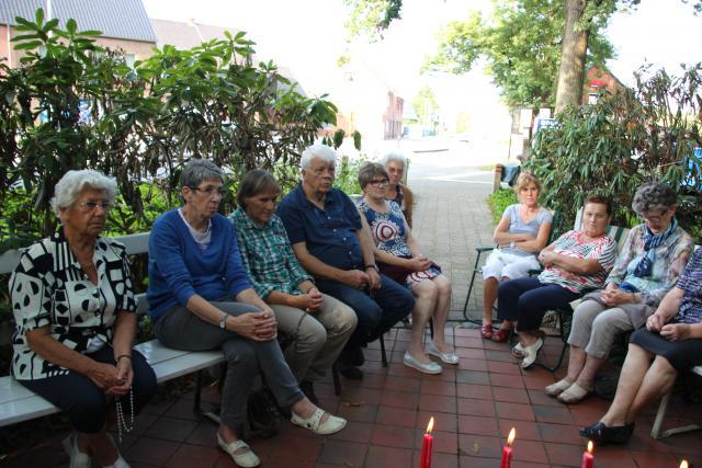 Foto's aan kapelletje in Meulemanslaan en Hondseinde © HT