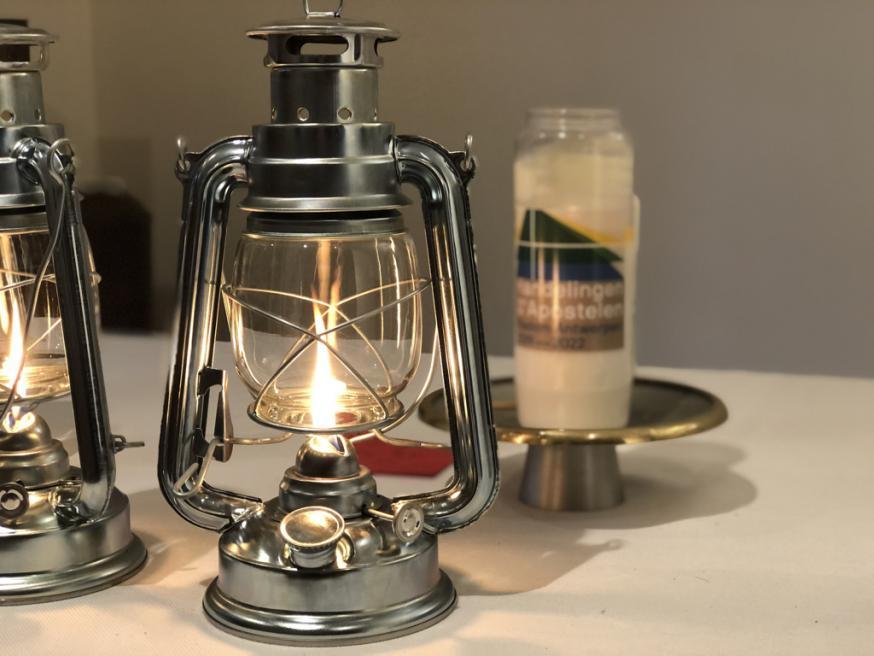 de stormlamp met het Licht van Betlehem staat klaar om overgedragen te worden © bisdom Antwerpen