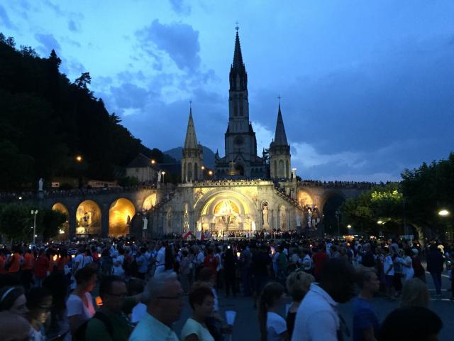Lourdesbeeld: samen vieren met jongeren, brancardiers en de zieken en ouderen.