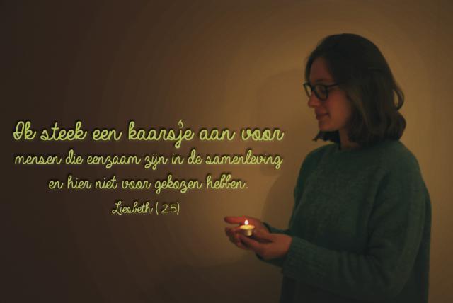 Liesbeth brandt een kaarsje voor mensen die eenzaam zijn in de samenleving