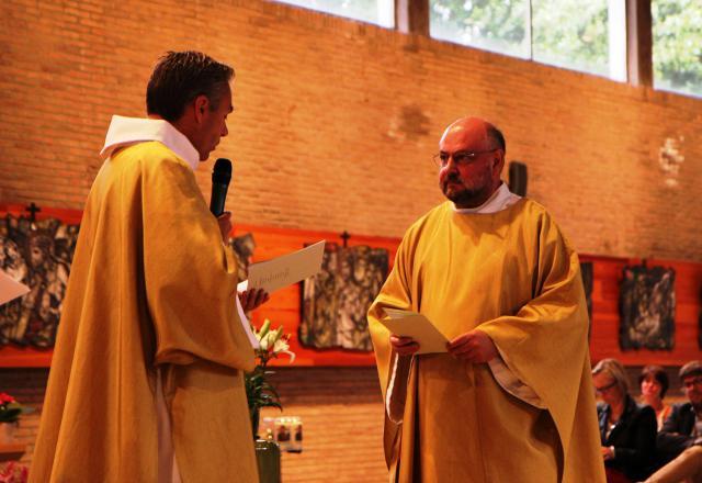 Diaken Jean-Yves over priester Jan © foto : Stefaan Archie