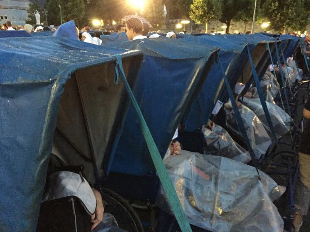 Er waren karretjes met handige overkappingen, zodat de ouderen en zieken droog konden mee beleven. Lourdesbedevaart.