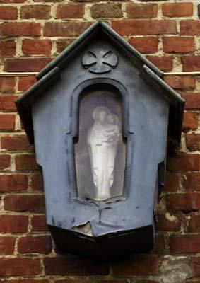 Bulkendreef 14 - Het kapelletje werd opgehangen tijdens de Tweede Wereldoorlog door de stad Oudenaarde. In de meimaand werd er in groep aan dit kapelletje gebeden. Rond 1950 is het kapelletje hersteld na vandalisme.