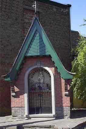 Diependale Vredeskapel - Bij het einde van de 2de wereldoorlog wordt een kapelletje gebouwd ter ere van Onze-Lieve-Vrouw van Vrede; dit als herinnering aan de minstens 20 slachtoffers die op 19-05-40 stierven bij het vernielen van de brug.