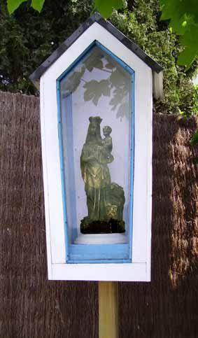 Edelareberg n° 1  Onze Lieve Vrouw van Vlaanderen - Kapelletje werd aan de voet van de Edelareberg geplaatst als dank voor een genezing.