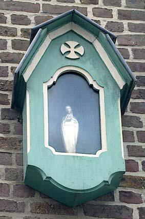 Groenstraat hoek IJzerstraat - Het kapelletje werd opgehangen aan het hoekhuis Groenstraat 43 - IJzerstraat vermoedelijk in 1941 - 1941 naar aanleiding van de oorlog op initiatief van de vrouwengilde.