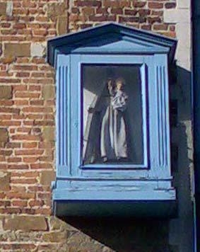 Kattestraat 52 - Het kapelletje werd kort na de tweede wereldoorlog opgehangen. Dit gebeurde op initiatief van Juffrouw De Vos, haar broer en onderpastoor Van Den Hende. Het ontwerp van het beeld kwam van Edmond Van De Vijver. Het werd geplaatst als dank