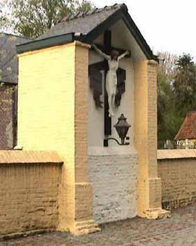 Mullemstraat kruis bij kerk van Mullem