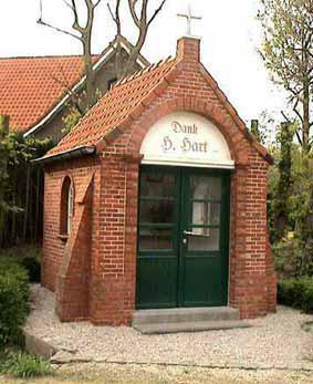 Rooigem n° 4 - Deze kapel, gebouwd in 1945 en '46 op grond van de familie Van Oost, werd toegewijd aan het Heilig Hart als dank voor de goede afloop van de oorlog 1940-45.