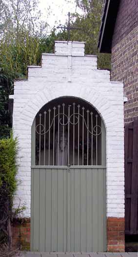Watermolenstraat - Dit kapelletje is zo'n 300 jaar oud en werd gebouwd op grond van de Nonnenmolen, eigendom van de abdij Maegdendale. Toen men de Ronseweg aanlegde, stond de kapel in de weg. De familie De Maeseneire liet de kapel verplaatsen.