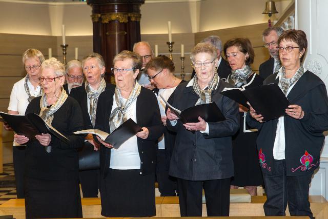 Het Sint-Pieterskoor luistert samen met het OKRA-koor de viering op © Leen Witdouck