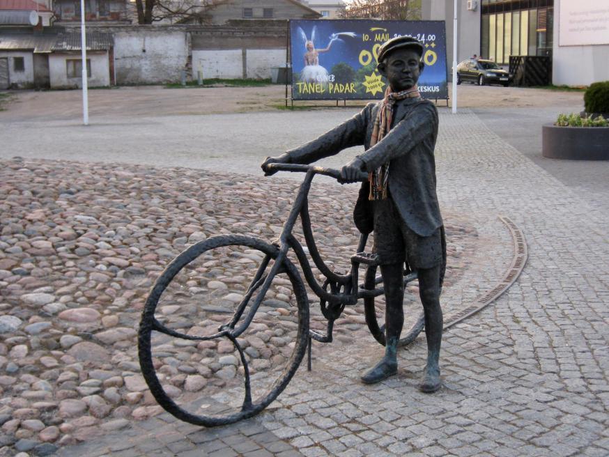 Het standbeeld van de jonge Arvo Pärt op het centrale plein van Rakvere, Estland. © Dienst Toerisme Rakvere, met toestemming