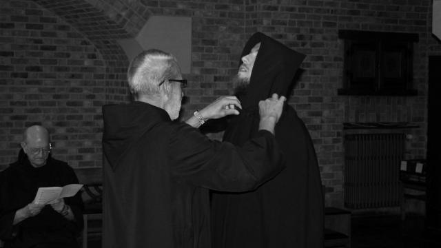 Afgelopen zaterdag is de 28-jarige Kevin De Cubber plechtig oipgenomen als novice in de schoot van de abdijgemeenschap van Affligem © Abdij Affligem