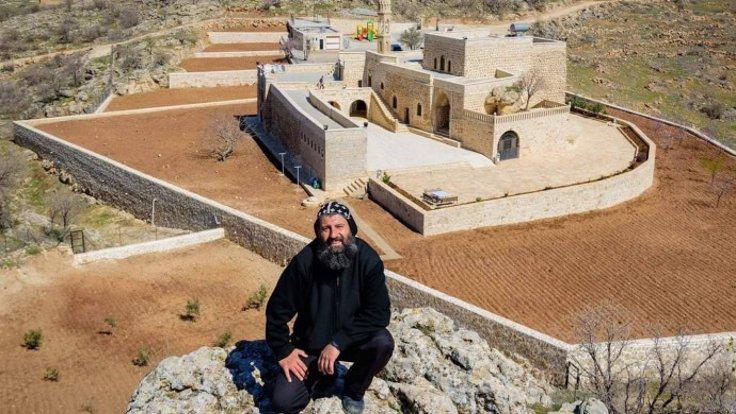 Aho Sefer Bileçen, de priester-monnik die sinds enkele jaren in het Mor Yacoub-klooster leeft en bidt © Benoit Lannoo