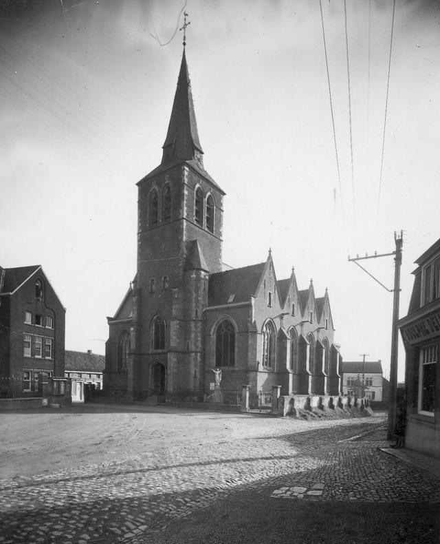 De Sint-Gertrudiskerk vele jaren geleden. Let op de oude kerkhofmuur!