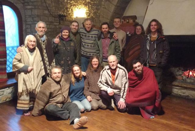 Staf Peeters (2de van rechts onderaan) leefde een jaar mee in een Arkgemeenschap van Lanza del Vasto in Frankrijk. © Staf Peeters